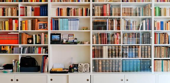 Bibliothek mit Regalen und Schränken